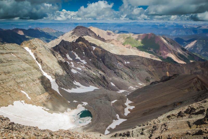 Flyg- skott av härliga steniga kullar och berg med hisnande gråa moln royaltyfri bild