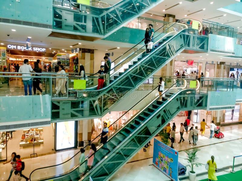 flyg- skott av shoppinggallerian i gurgaon med ungar aktivitet och rulltrappa arkivfoto
