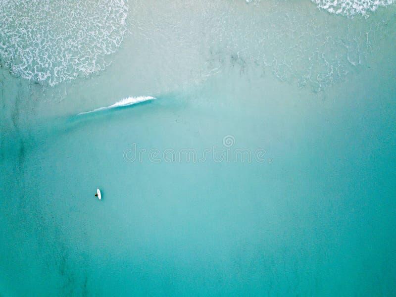 Flyg- skott av surfaren bara arkivfoto