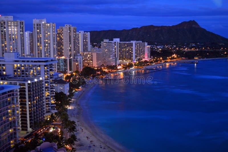 Flyg- skymningsikt av Waikiki arkivbilder