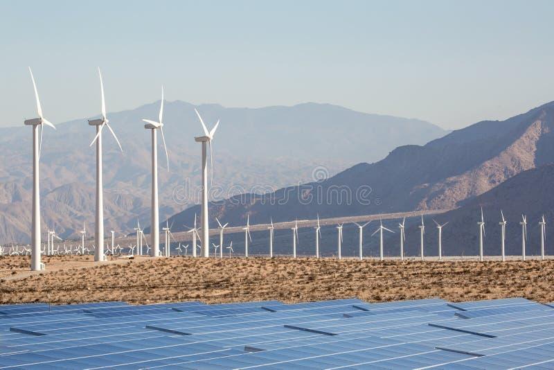 Flyg- sol- lantgård och turbiner i den Kalifornien öknen royaltyfria bilder