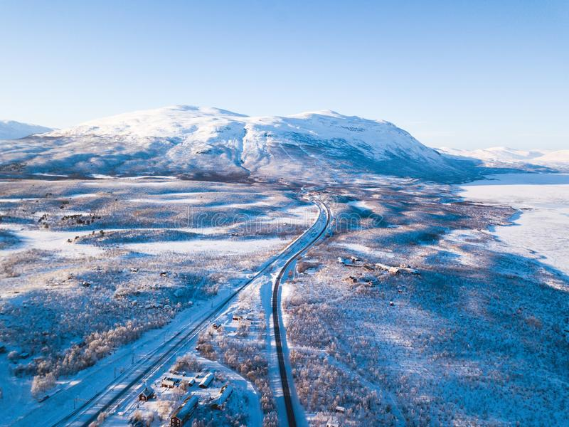 Flyg- solig vintersikt av den Abisko nationalparken, Kiruna Municipality, Lapland, Norrbotten County, Sverige, skott från surret, royaltyfria foton
