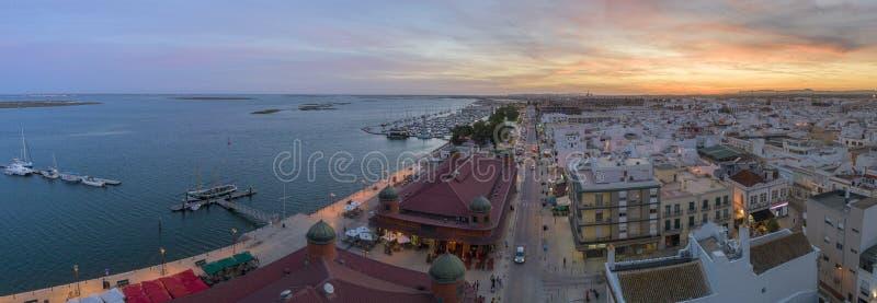 Flyg- solnedg?ngcityscape av det Olhao centret, Algarve fiskel?ge portugal arkivfoto