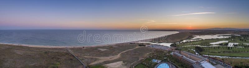 Flyg- solnedg?ngseascape av den Salgados stranden och lagun i Albufeira, region f?r Algarve turismdestination, Portugal arkivfoton