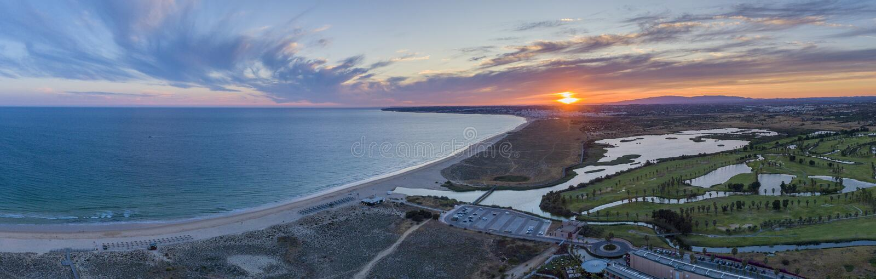 Flyg- solnedg?ngseascape av den Salgados stranden och lagun i Albufeira, region f?r Algarve turismdestination, Portugal arkivbilder
