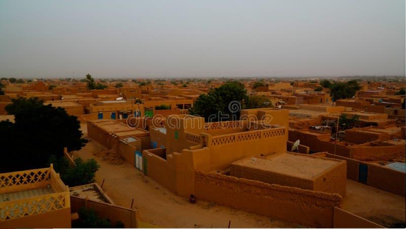 Flyg- soluppgångpanoramautsikt till Agadez den gamla staden, luft, Niger arkivfoto