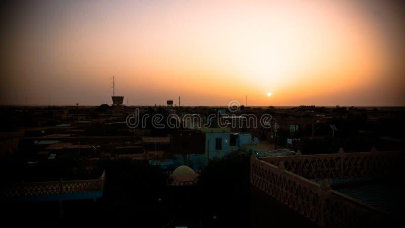 Flyg- soluppgångpanoramautsikt till Agadez den gamla staden, luft, Niger royaltyfri bild