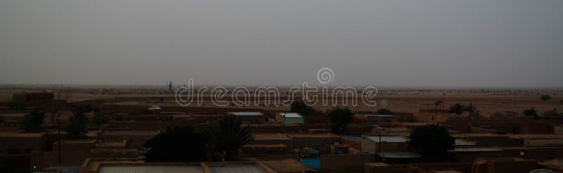 Flyg- soluppgångpanoramautsikt till Agadez den gamla staden, luft, Niger arkivbilder