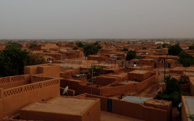 Flyg- soluppgångpanoramautsikt till Agadez den gamla staden, luft, Niger arkivbild