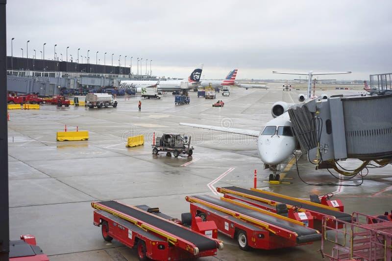 Flyg som är klara för start på den Chicago O'Hare flygplatsen royaltyfri bild
