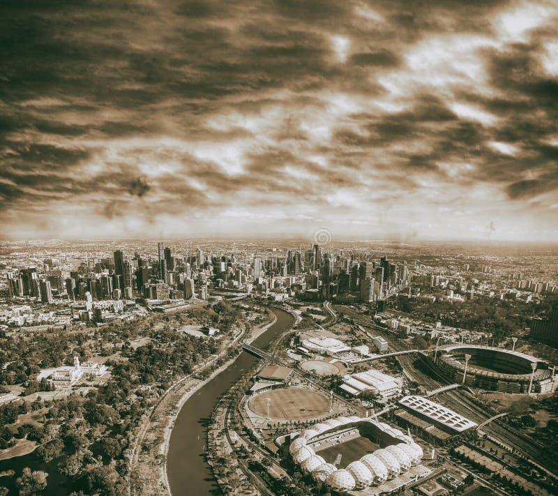 Flyg- stadssikt från helikoptern på solnedgången, Melbourne arkivbild