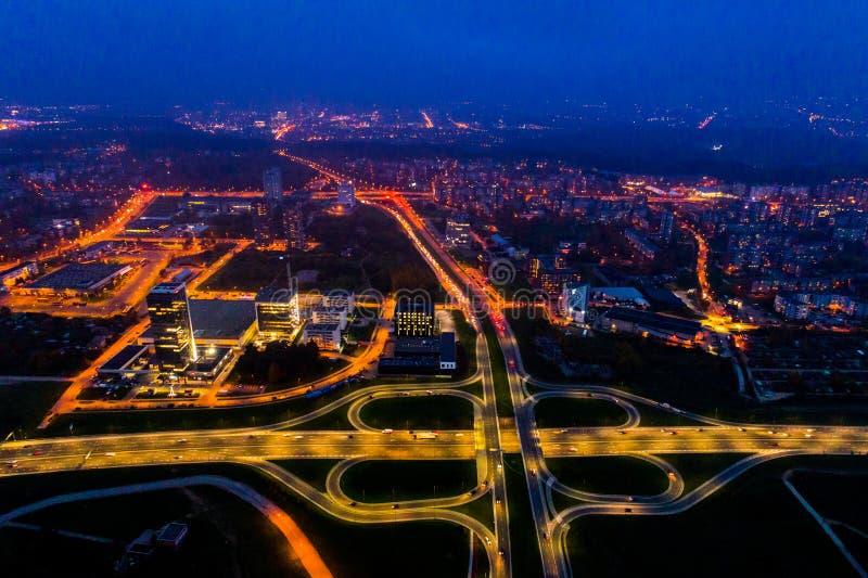 Flyg- stadssikt på natten arkivfoto