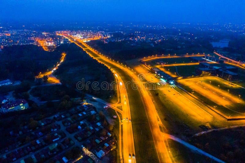 Flyg- stadssikt på natten royaltyfri bild