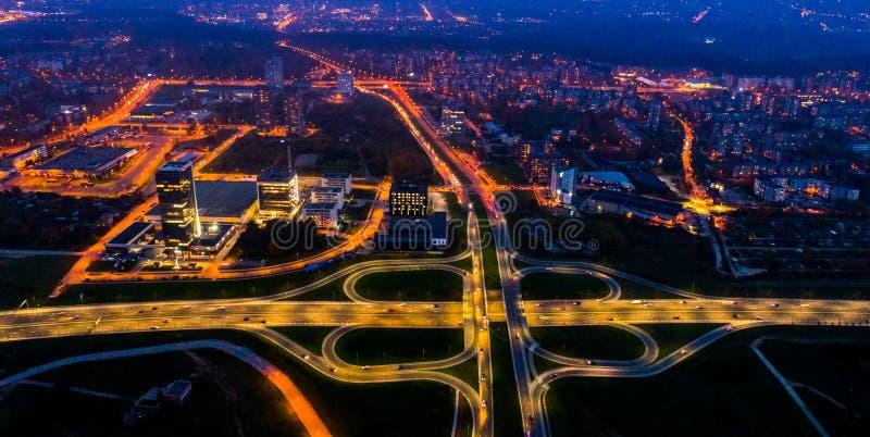 Flyg- stadssikt på natten royaltyfria bilder