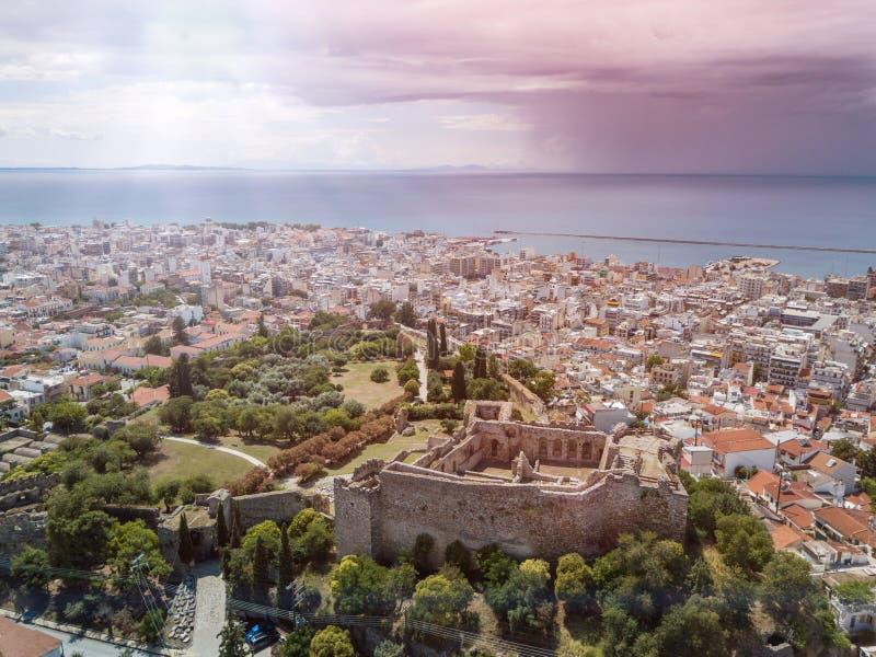 Flyg- surrfoto av den berömda staden och slott av Patras, Peloponnese, Grekland royaltyfri foto