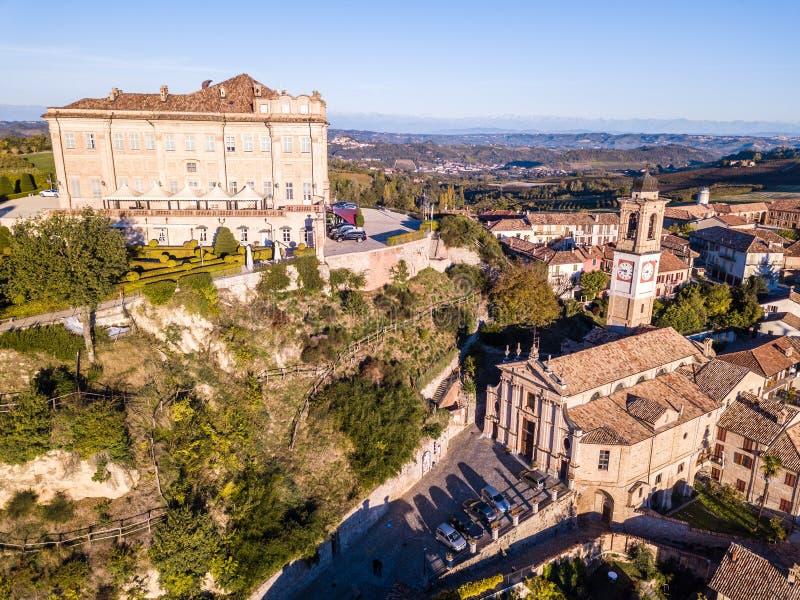 Flyg- surrfoto av den Guarene slotten och staden i nordliga Italien, arkivbilder