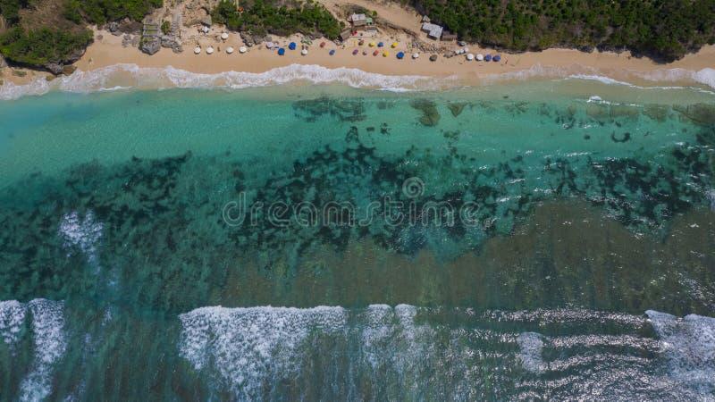 Flyg- surrfoto av den sandiga stranden för turkosvatten royaltyfria foton