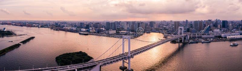 Flyg- surrfoto - regnbågebro och horisonten av Tokyo på solnedgången Huvudstad av Japan arkivbilder