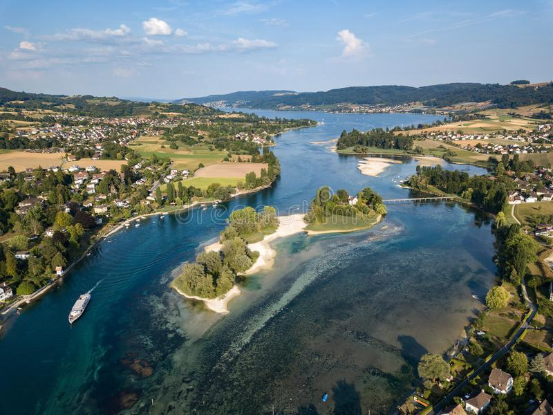 Flyg- surrfotografi av den börjande delen av Rhine River på sjön Constance royaltyfri foto