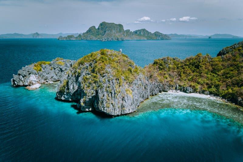 Flyg- surrpanoramabild av kalkstenEntalula för tropiskt paradis den episka ön Miniloc ö i bakgrund El Nido arkivbild