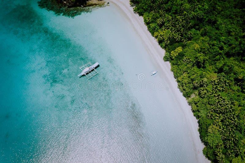 Flyg- surrsikt av den härliga paradislagun och den vita sandstranden Lokala fartyg på yttersidan Exotisk sommar royaltyfria foton