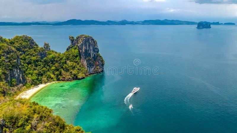 Flyg- surrsikt av den tropiska Koh Hong ön i blått klart Andaman havsvatten från ovannämnda härliga skärgårdöar, Thailand arkivfoton