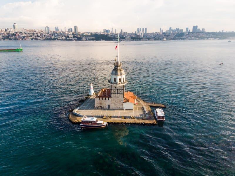 Flyg- surrsikt av det jungfru- tornet för ` s i Uskudar Istanbul/Kiz Kulesi arkivbilder
