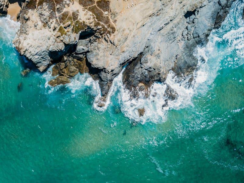 Flyg- surrsikt av dramatiska havvågor som krossar på Rocky Shore arkivbilder