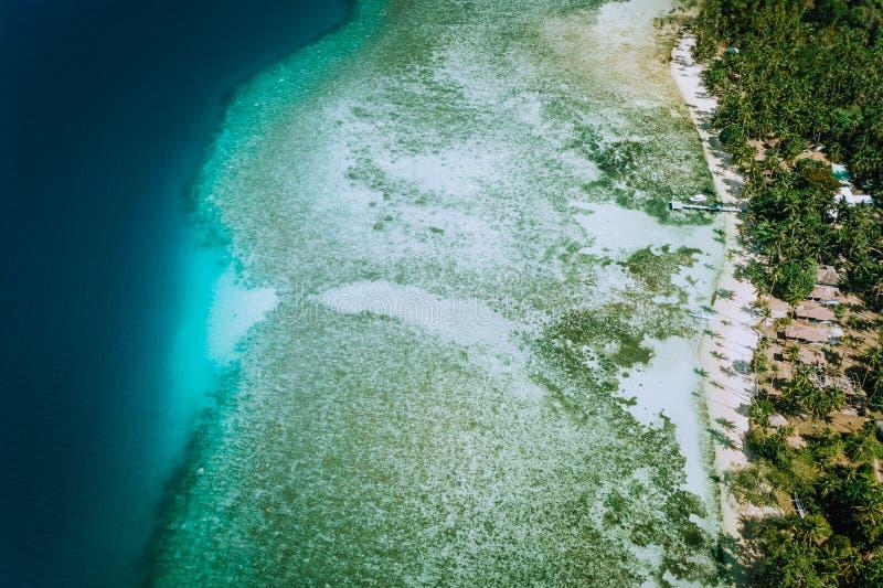 Flyg- surrsikt av korallreven och grunt genomskinligt lagunvatten El Nido Top besegrar besk?dar Bacuit skärgård PALAWAN royaltyfri bild