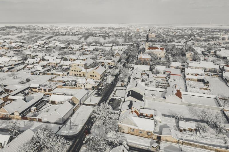 Flyg- surrsikt av staden som täckas med snö Vägar och hus i vinter från en sikt för fågelöga arkivfoton