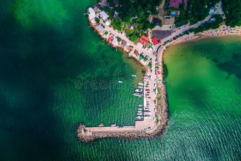 Flyg- surrsikt av stranden och fishin för Black Sea kust den härliga royaltyfri fotografi