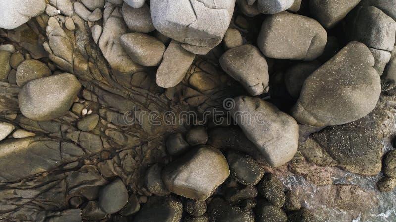 Flyg- textur av den steniga kusten av ön Phuket, Thailand abstrakt bakgrund arkivfoton