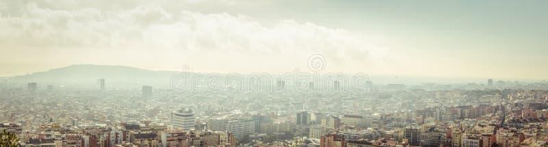 flyg- tibidabo för horisont för barcelona stadsberg in mot sikt arkivbild