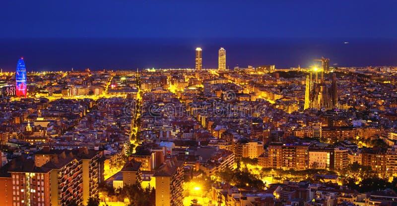 flyg- tibidabo för horisont för barcelona stadsberg in mot sikt royaltyfri bild