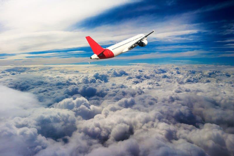 Flyg till och med moln, moln som ses från ett flygplan, solsken, jordbakgrund fotografering för bildbyråer