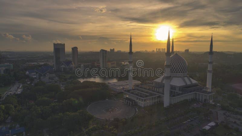 Flyg- video av den Sultan Salahuddin Abdul Aziz Shah moskén royaltyfria bilder