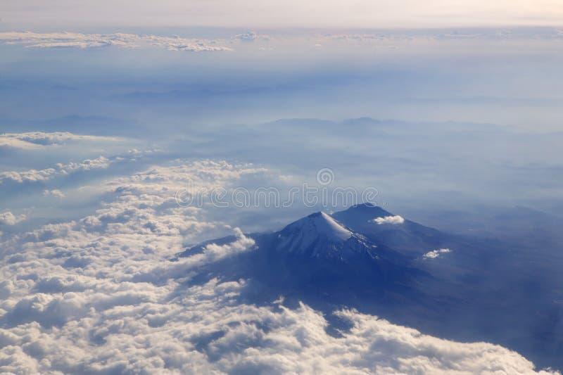 flyg- vulkan för flygplanpopocatepetlsikt arkivbild