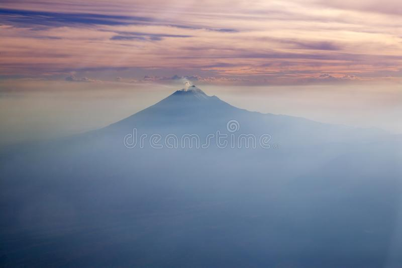 flyg- vulkan för sikt för popocatepetl för stadsdf mexico royaltyfria foton