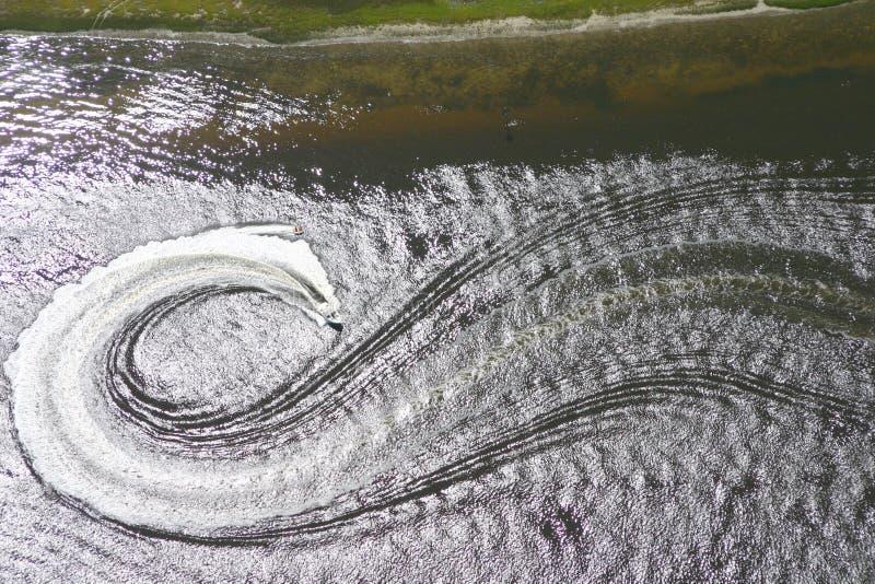 flyg- waterskiing arkivbild