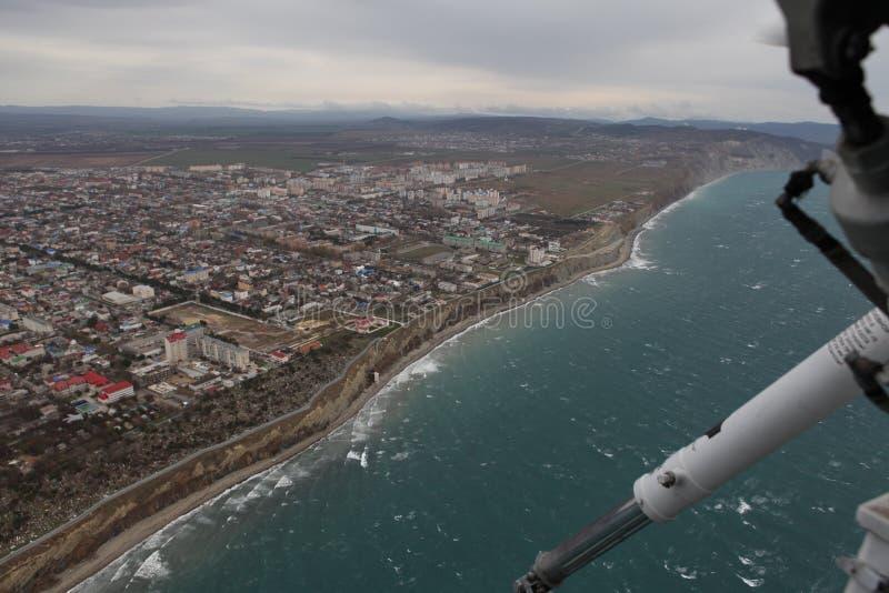 Flyga över Blacket Sea royaltyfri fotografi