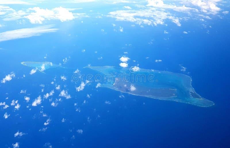 Flyga över den fijianska lagun royaltyfri foto