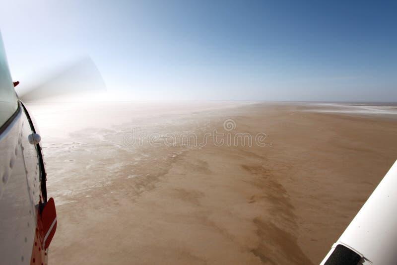 Flyga över sjön Eyre södra Australien arkivfoton