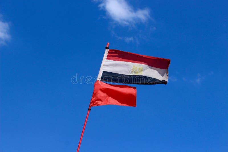 Flyga den egyptiska flaggan Proudly arkivfoto