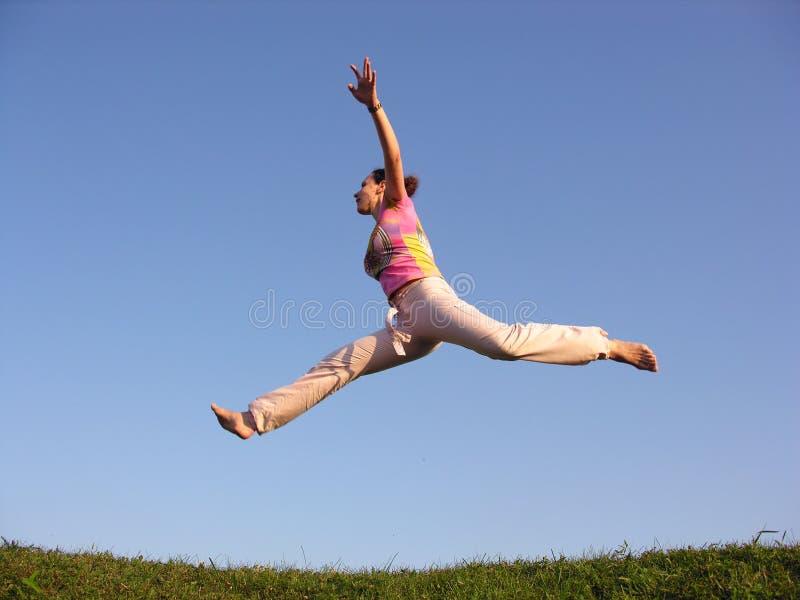 flyga flickan fotografering för bildbyråer