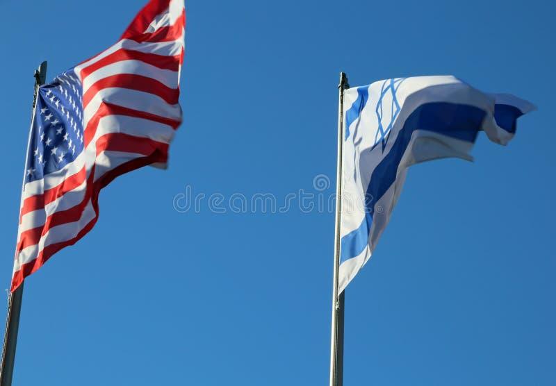 Flyga i amerikanska flaggan för blå himmel och den israeliska flaggan royaltyfri bild