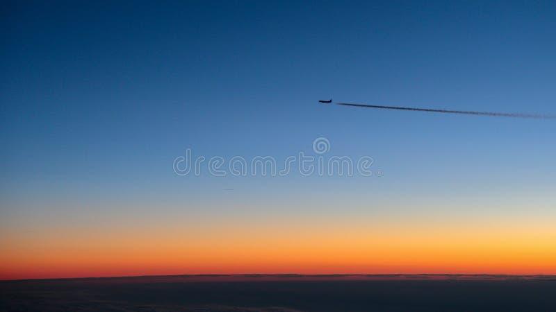 Flyga iväg nivån som fångas från en annan nivå få minuter för soluppgången royaltyfria bilder
