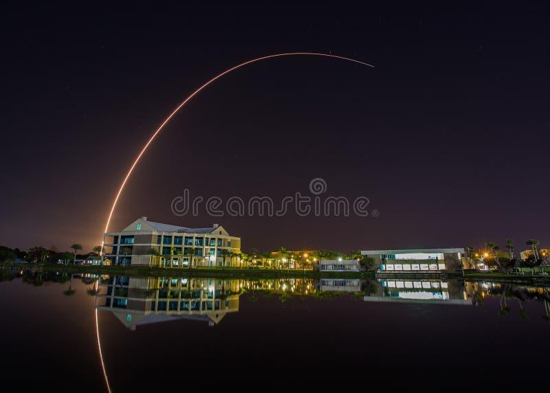 Flyga lanseringen på Cape Canaveral som ses från den östliga Florida statliga högskolan royaltyfri fotografi
