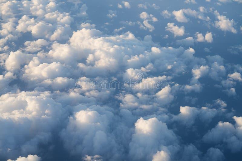 Flyga ovanför molnen i middagar royaltyfri foto