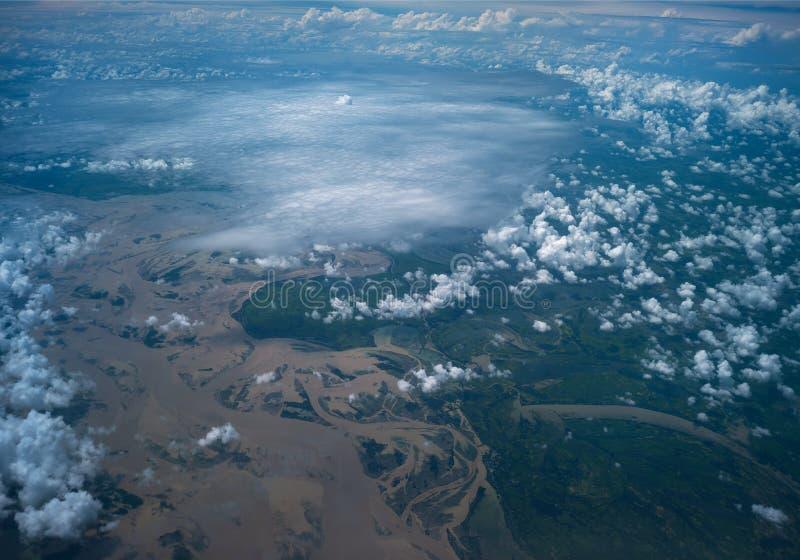 Flyga på himlen över bergen royaltyfri bild