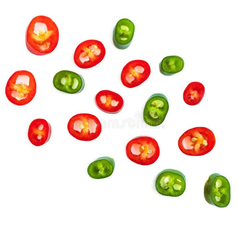 Flyga peppar för röd chili Skivor av kajennpeppar som isoleras på vit bakgrund, slut upp royaltyfri fotografi